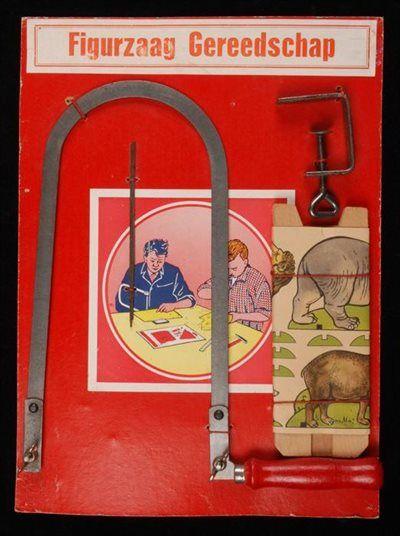 """Kartonnen plaat met gereedschap en tekst """"Figuurzaag Gereedschap"""" Was leuk, maar al die kapotte zaakjes....grmm."""