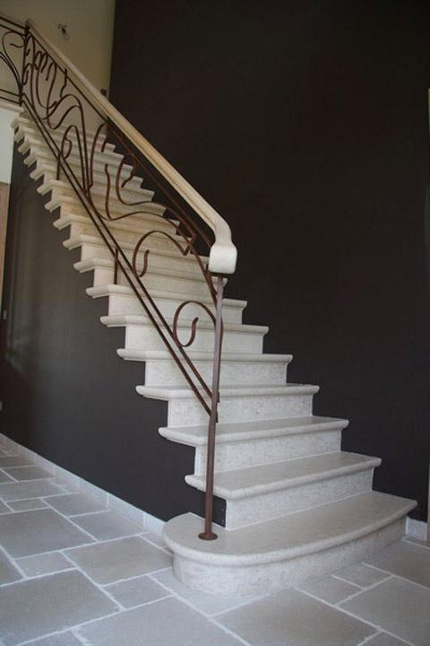 natuurstenen vloer met marmeren trap treden