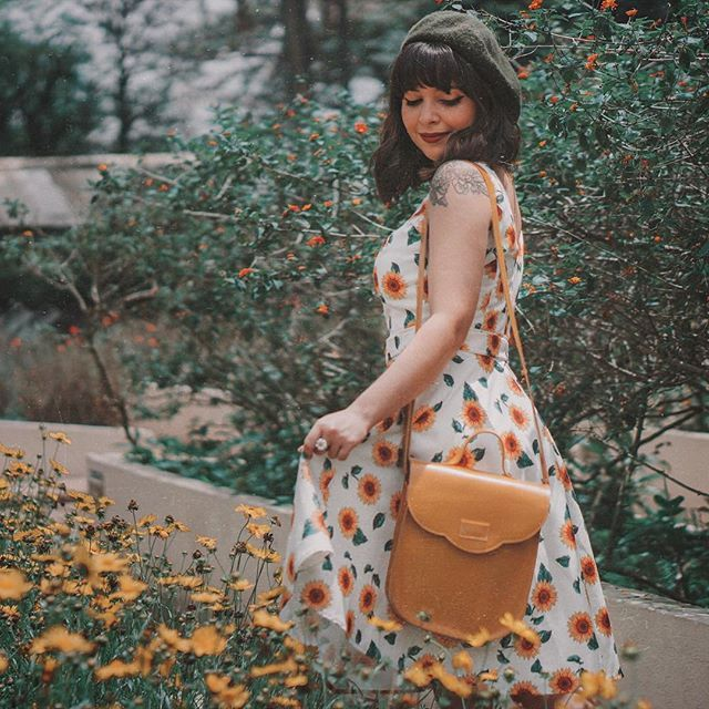 Vestido florido cuplover com girassol, bolsa amarela, boina francesa verde. | Looks - Like Old Times in 2019 | Pinterest | Fashion outfits, Style inspiration and Clothes
