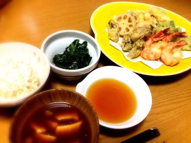 岡山で食べた牡蠣の天ぷらが食べたくて作ってみました。粒は小さいけど美味しいです。 - 3件のもぐもぐ - 天ぷら(海老、牡蠣、南瓜、蓮根、ピーマン)ほうれん草胡麻和え、なめこ汁、ご飯 by marikomushi
