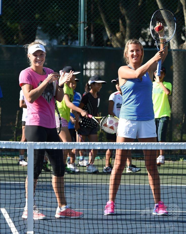 東レ・パンパシフィック・オープン(Toray Pan Pacific Open 2014)を控え、東日本大震災で被災した子どもたちのためのテニス教室に参加する女子テニスのカロリーネ・ボズニアツキ(Caroline Wozniacki、左)とビクトリア・アザレンカ(Victoria Azarenka、2014年9月14日撮影)。(c)AFP/Toru YAMANAKA ▼15Sep2014AFP|全米オープンで手応え、東京での飛躍に期待するボズニアツキ http://www.afpbb.com/articles/-/3025933