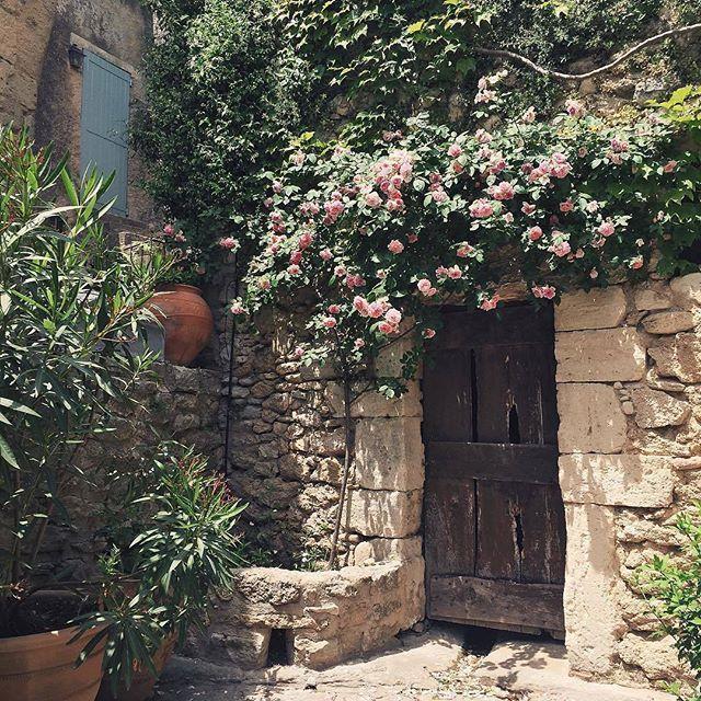 La domenica sera la dedico ai sogni. #IlCottagechevorrei ha la porta di legno…