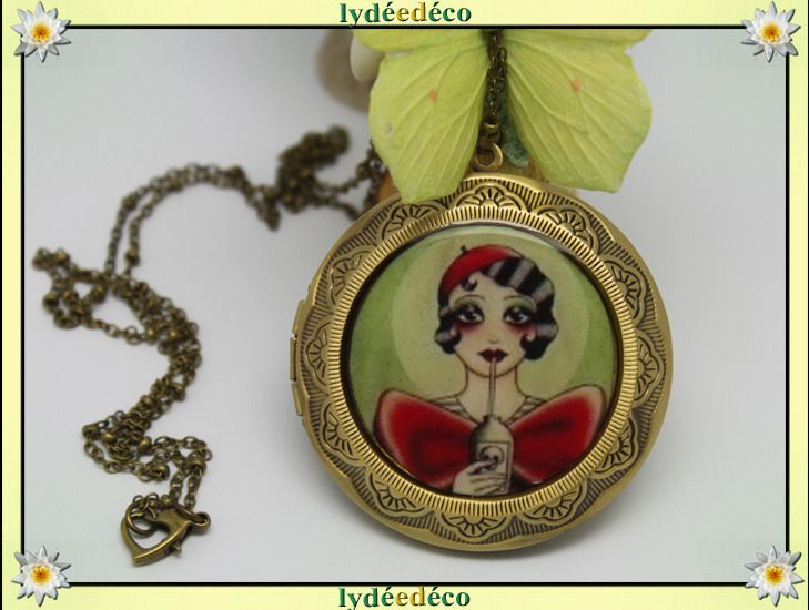 Collier porte photo retro Old Shool resine et laiton bronze vert et rouge : Collier par lydeedeco