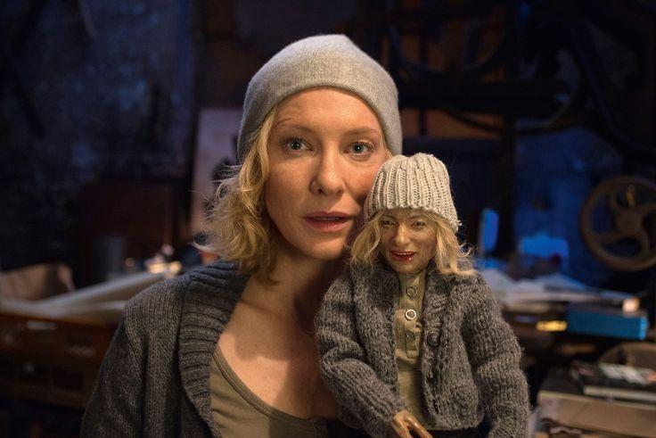 """Cuandopensábamos que la actriz australiana ya no podía ser más majestuosa en sus interpretaciones, viene una película del mundo del arte y prueba lo contrario. Al tiempo que hace su debut en Broadway con la obra The Present, la actriz Cate Blanchett es protagonista de una serie de videos donde interpreta a una """"mujer araña"""" …"""