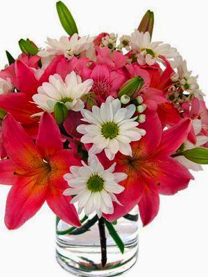 Anne: Arreglo de rosas amarillas acompañadas de maules en dos tonos en florero de vidrio.