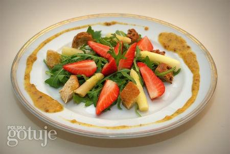 Wiosenna sałatka ze szparagów, truskawek i rucoli