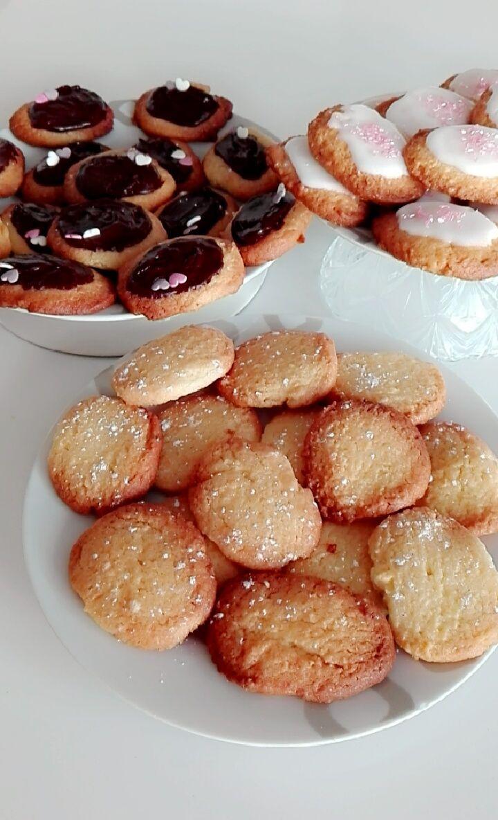 Recept koekjes: 300 gr bloem - 1 ei - 1 pakje vanillesuiker - 100 gr bloemsuiker - 200 gr boter  Doe alle ingrediënten in een schaal en kneed alles dooreen tot een glad deeg. Maak vormpjes op de bakplaat, schuif deze in een voorverwarmde oven en bak de koekjes 10-15 minuten op 200 graden tot ze goudbruin zijn.