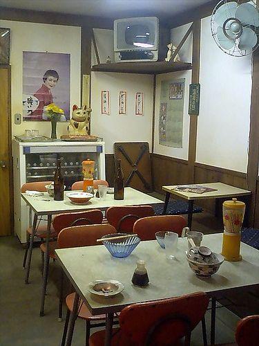 (これは夏ですね〜)家電は古い時代のですが基本, ご飯屋さんは変わっておりません。老舗処は昔はお餅屋さんだった処が多いようです。各種うどん&蕎麦, 各種定食, 各種丼, オムライス, ラーメン, カレー, ヤキソバ, 巻き寿司, いなり寿司, おはぎ, 赤飯…みんな大好きご飯屋さん♫(^T^ ) A typical 食堂 (shokudō), an eating place of the Shōwa era, Japan, cheap & filling. ☆I seldom see this type of restaurants around my place any longer, but they can still be found in Tokyo downtown (non-tourism areas) or countrysides.