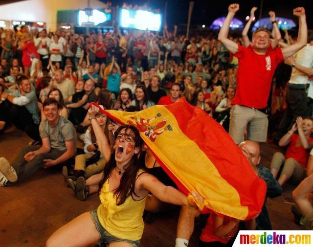 Ratusan suporter bersorak riang merayakan kemenangan tim Spanyol.