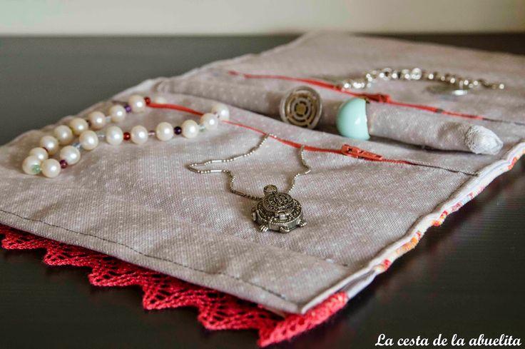 Joyero de viaje (interior). www.lacestadelaabuelita.com