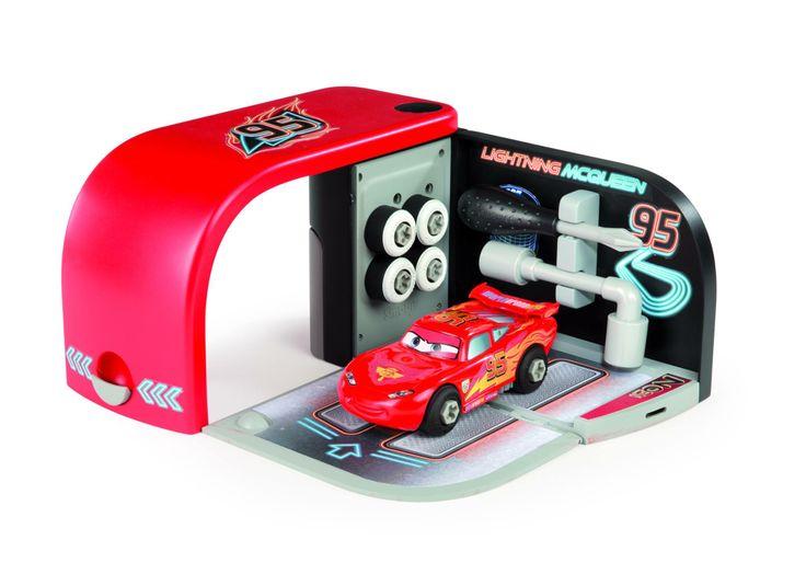 Véritable petit univers pour préparer Flash McQueen à la course. 2 outils inclus ainsi qu'une voiture avec stickers phosphorescent. Disponible en juillet chez Smoby