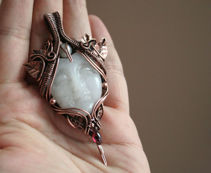 I've made this Moon Goddess pendant for the first prize of a giveaway game on my Facebook page. I have got this stone since ages, but I could't find the right design... But I think now this is her ...