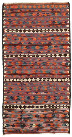 Das Design dieser Teppiche ist minimalistisch und die Farben harmonieren innerhalb einer helleren Farbskala von natürlichen Farben. Der abgestufte Effekt der Farbskala ist handgewebt in einem trennscharfen, unregelmäßigen Gewebe mit einer reizvollen kunstvollen Borte, die mit Naturfarben gefärbt wurde.