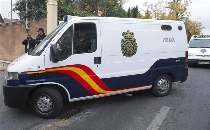 Madrid, 8 ene (EFE).- La Policía española detuvo hoy en Madrid a Carlos D.F., de 39 años, como el supuesto autor del envío de paquetes sospechosos a varios medios de comunicación, coincidiendo con el atentado al semanario satírico francés Charlie Hebdo. Fuentes policiales dijeron a Efe que se trata de un hombre con antecedentes psiquiátricos, …