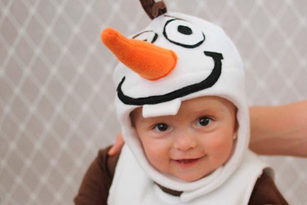 ¿Tienes un bebé y quieres realizarle un hermoso disfraz? Sigue estas instrucciones que te explicarán paso a paso cómo realizar un disfraz inspirado en Olaf, personaje de la película Frozen, sin duda tu bebé se verá dulce y tierno.