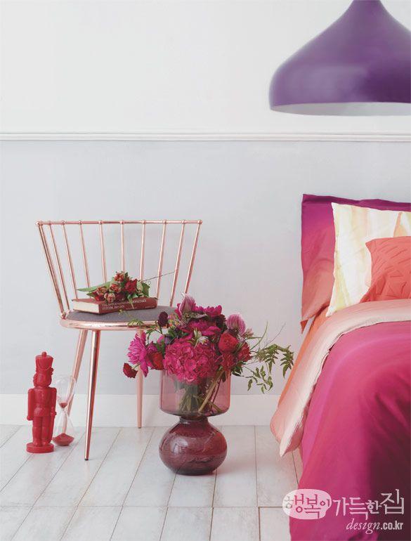 [풍성하고 화려하다 Hot pink+Red]  꽃과 핑크 컬러가 만나면 로맨틱한 분위기가 절정에 이른다. 그것도 핫 핑크와 레드, 다홍 컬러라면? 화려한 느낌을 배가시킨 다발 꽃꽂이로 침실에 글래머러스한 느낌을 더해볼 것. 이때 꽃의 각도를 많이 넓혀 흘러넘치는 듯한 형태를 잡아주는 것이 포인트다. 라눙쿨루스, 프리틸라리아 같은 라인 플라워로 빈 부분을 자연스럽게 채워 완성한다.