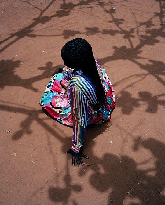 """Nascida na Holanda, mas criada em sua infância no Quênia, a fotógrafa Viviane Sassem fez a si mesma um pequeno questionamento: """"Como é ser jovem na África?"""" – em busca de respostas ela retornou às suas raízes e percorreu o… Continue Reading →"""
