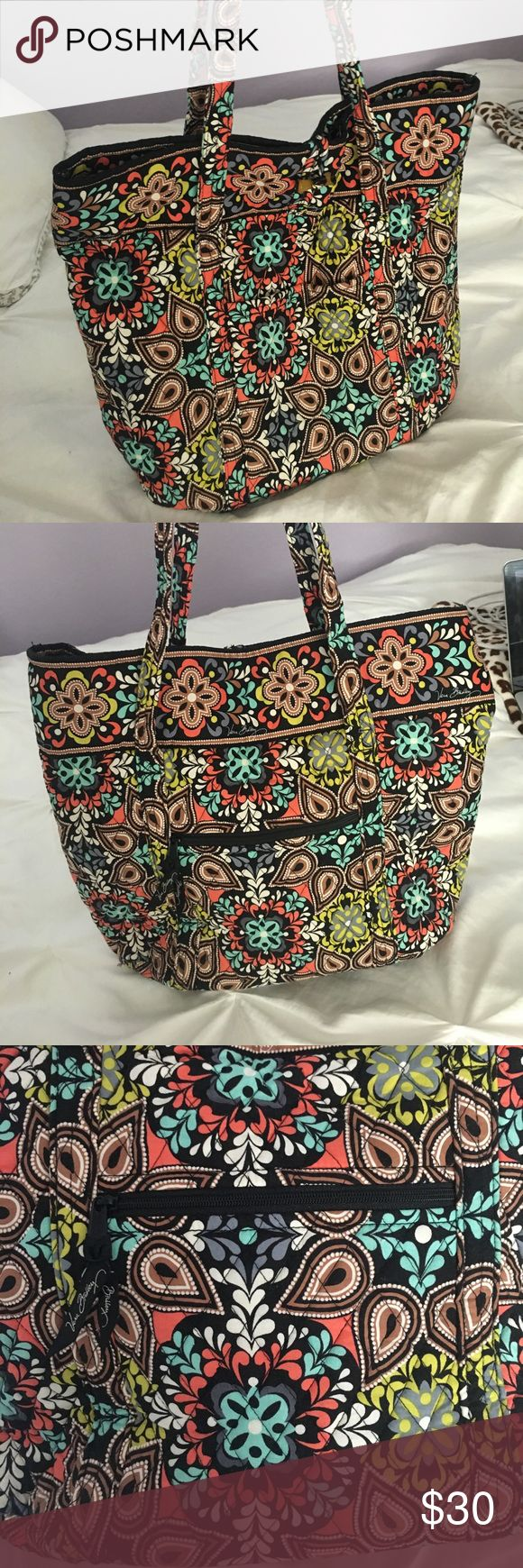 Vera Bradley tote Vera Bradley tote bag with adorable print on it only been used about twice is in perfect condition!!! Vera Bradley Bags Totes