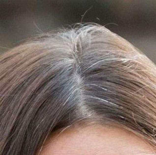 La splendida Kate Middleton, solitamente impeccabile, è stata paparazzata ai London Poppy Day con tanto di capelli grigi.http://www.sfilate.it/210252/il-terrore-della-ricrescita-niente-paura-capita-anche-kate-middleton