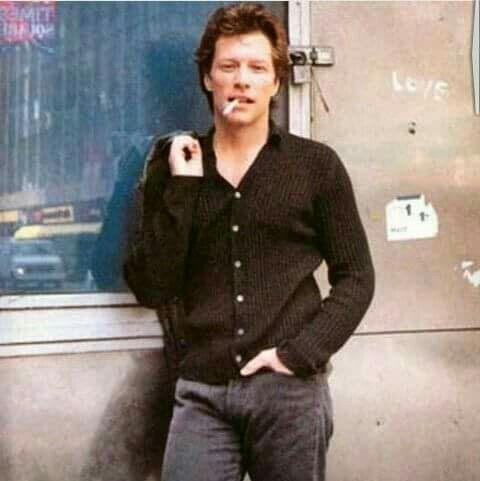 There's nothing sexier than Jon smoking / No hay nada más sexy que Jon fumando..
