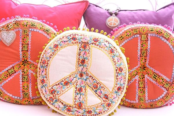 Almohadones de Shynka, coloridos y muy románticos.