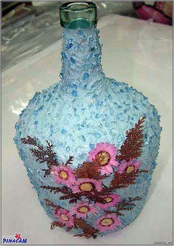 Garrafa decorada con pasta, cristales y flores secas.  www.manualidadespinacam.com #manualidades #pinacam #cristal