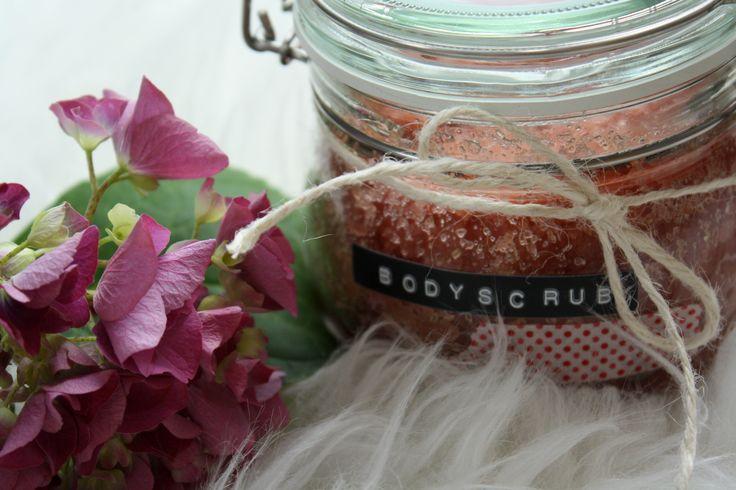 Huhu! Ich habe mir mein eigenes Körperpeeling mit süßem Erdbeerduft gemacht. Man kann das Peeling super verschenken und es macht eine sehr weiche Haut. Die Zutaten hat man wahrscheinlich sowieso schon zuhause. Die genaue Anleitungen gibt es hier:http://liebstesvonherzen.blogspot.de/2014/07/bodyscrub.html