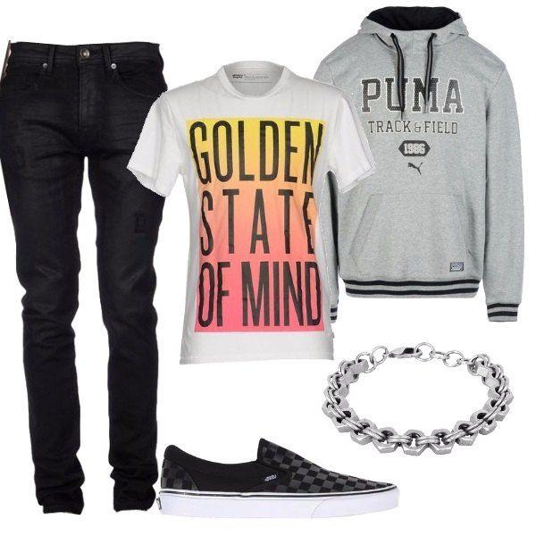 Outfit pensato per una comoda giornata composto da jeans neri, t-shirt bianca con stampa da portare sotto alla felpa grigia con capuccio. Sneakers bassa a nera e bracciale in metallo.