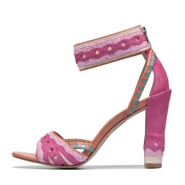 Katy Perry est connue pour son amour des couleurs et ses looks totalement délirants. Fan de son style ? Cette collection de chaussures va faire votre bonheur! Focus: Katy Perry, Sarenza, rose, talons hauts, sandales, sandalettes