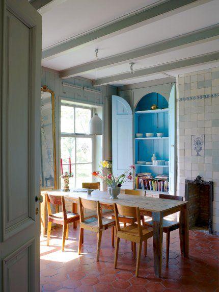 salle à manger rustique, niche bleue, tomettes anciennes, table en bois