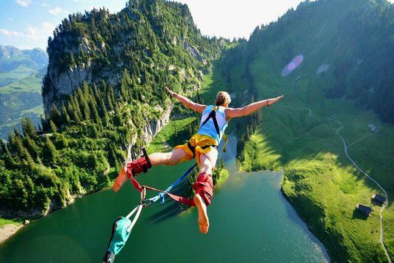 Hoppe i strikk |  Interlaken, Switzerland. Når man hopper, strekkes strikken først — avhengig av ens vekt — maksimalt, og trekker seg deretter automatisk sammen, hvilket fører til at man blir dradd opp igjen, for et sug i magen!