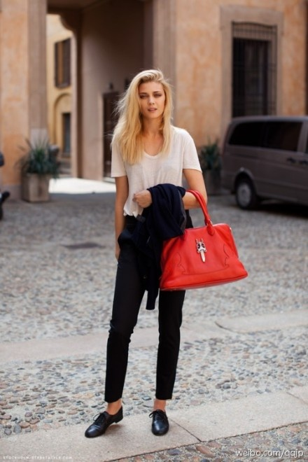 Red bag with simple outfit. Love it!: Fashion, Clothing, Simple, Design Handbags, Outfit, Leather Handbags, Street Styles, Louis Vuitton Handbags, Red Bags
