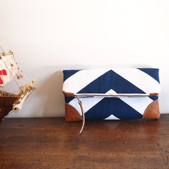 Hey, ho trovato questa fantastica inserzione di Etsy su http://www.etsy.com/it/listing/152298869/navy-fold-over-clutch-blue-white-chevron