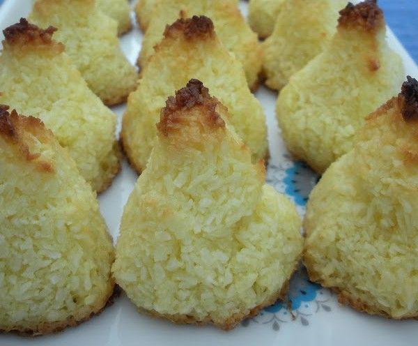 Kokostoppar är så lätta att göra och verkligen en perfekt liten kaka till fikat. Ännu ett härligt Paleo recept i Paleoskafferiet här Under vårt tak.