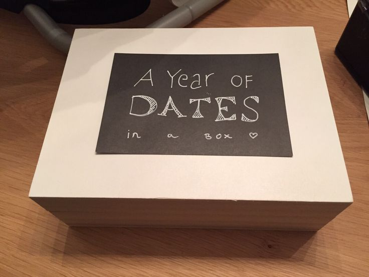 A year of dates in a box met geld.