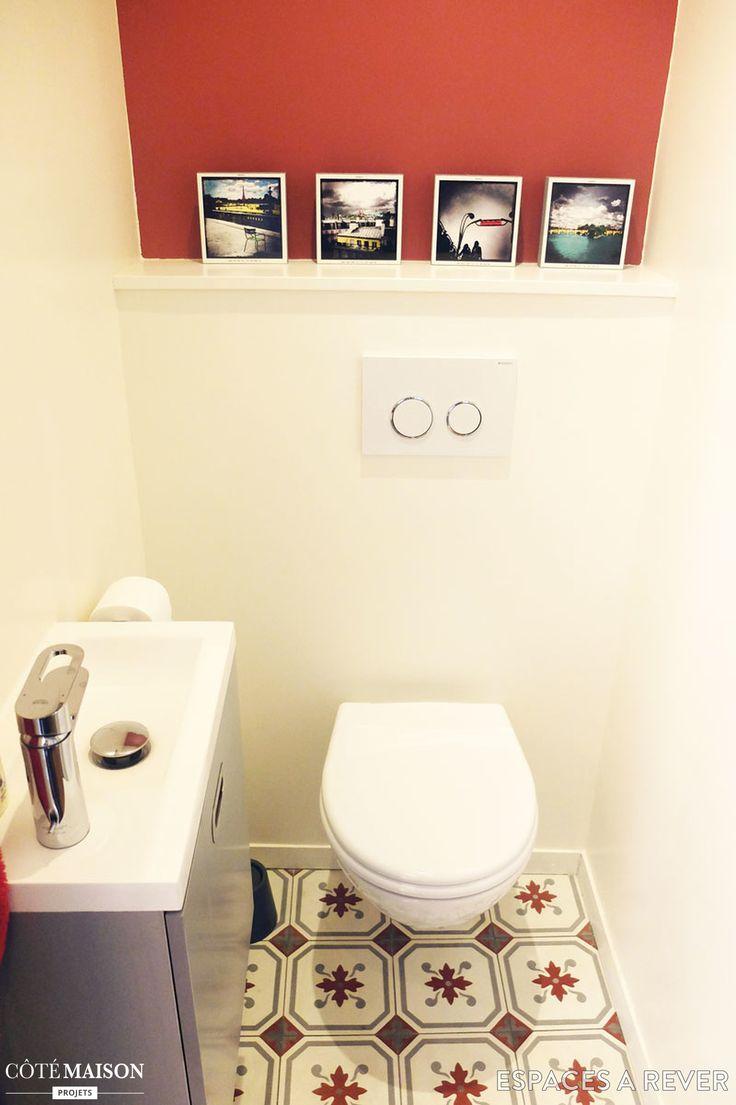 Un mur peint en rouge pour voquer le carrelage et donner for Mur salle de bain carrelage