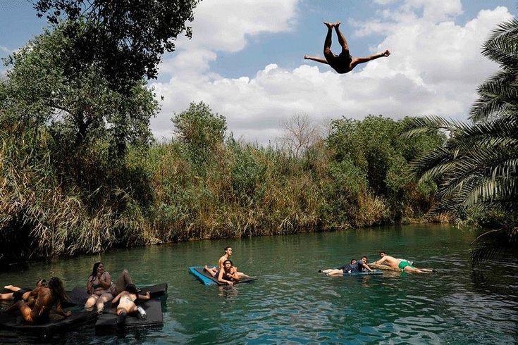 Κολύμπι και βουτιές στη λίμνη του Κιμπούτς Ein