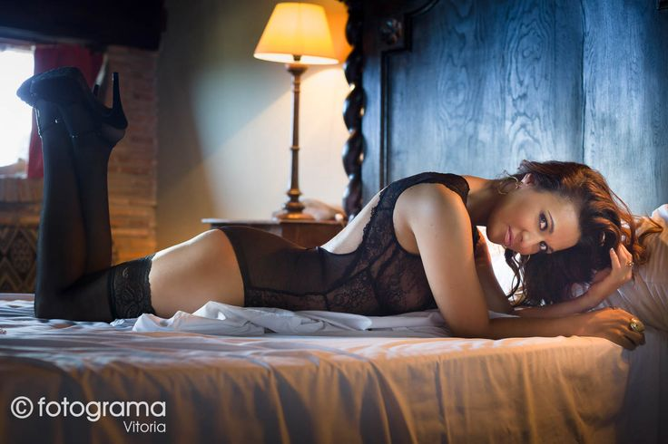 Una fotografía de la sesión boudoir que realizamos a Estela Gracia. Sensualidad a flor de piel. Estas sesiones son un fantástico regalo para tu pareja o un autoregalo con el que acertarás seguro. #fotogramavitoria #photographer #boudoir