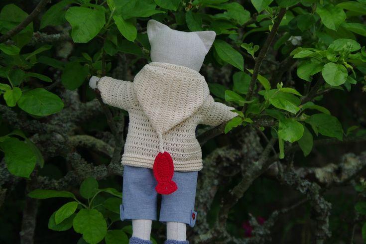 Doudou poupée chat en lin, manteau à capuche et son poisson rouge au crochet