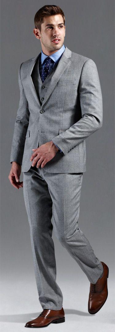 場所を選ばずいつでもおしゃれに着れるグレーがおすすめ◎40代アラフォー男性のおすすめスーツベスト。