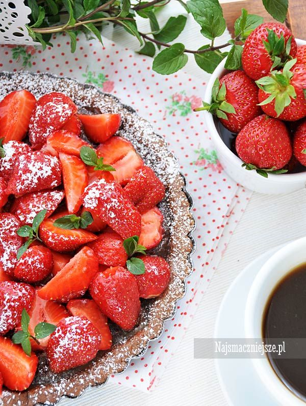 Tarta czekoladowa z truskawkami, ciasto z truskawkami, ciasto z owocami, tarta z truskawkami, tarta, truskawki, http://najsmaczniejsze.pl #food #cake #truskawki