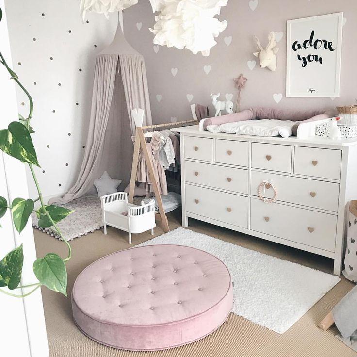Babyzimmer 🌿 Anleitung DIY Wickelaufsatz und Wandsticker Herzen unter www.petite-voyou.com 🌿 Canopy Himmel Numero74 puder altrosa Vintage Wandde…