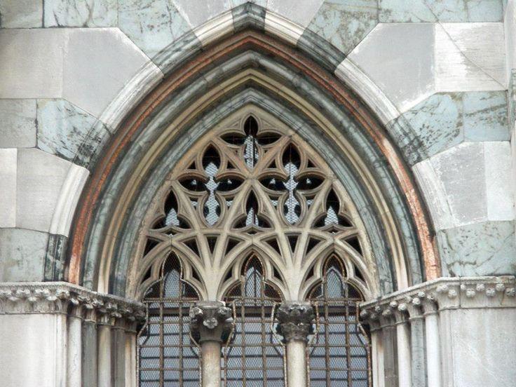 Finestre gotiche con modanature (fascia sagomata secondo un profilo geometrico, continuo per tutta la sua lunghezza, che si trova nel mobilio o nella decorazione architettonica, con la funzione decorativa di sottolineare la suddivisione in parti dell'oggetto, oppure di mediare il passaggio tra due superfici disposte ad angolo, per esempio per le parti sporgenti)