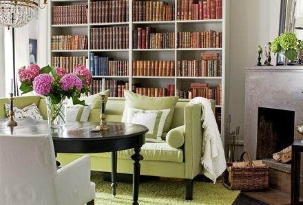 """""""Att ha en soffa i matsalen var ett medvetet val. Härifrån vill gästerna aldrig gå hem. En efter en nickar till i soffan allteftersom timmarna går"""", berättar Caroline. Kristallkronan från 1700-talet är en bröllopspresent som tidigare hängde i föräldrahemmet. Soffa från Slettvoll, i linnetyg från Nobilis. Antikt matsalsbord, platsbyggd bokhylla."""