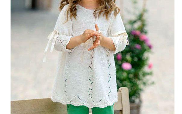 Платье для девочки с атласными лентами. Схема вязания спицами и текстовое руководство