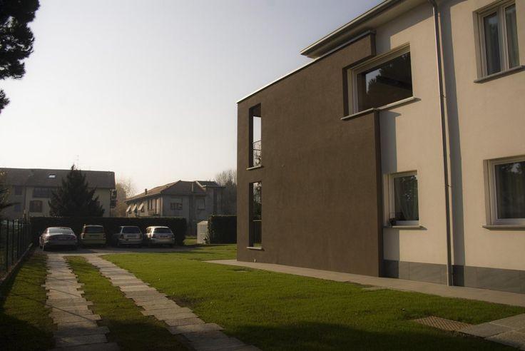 Il progetto privilegia l'estrusione dello spazio a giorno sul lato solivo e del giardino con un ampliamento. Gli spazi regolari e geometrici si trovano ai quattro spigoli con al centro il vano scale.