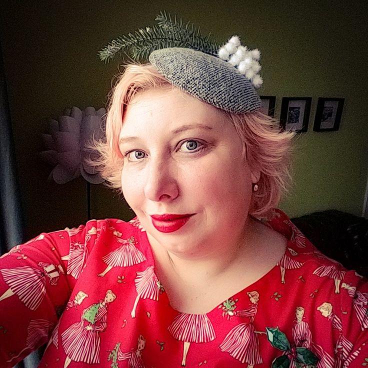 Adventskalender Ü30Blogger & Friends   Miss Kittenheel vintage plussize retro SillyOldSeaDog Christmas dress fakefur muff tatan winter snow snowflakes hat fascinator