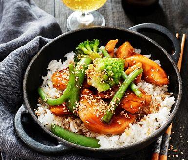 Sugen på asiatiskt? De här stekta kycklingfiléerna är smaksatta med exotisk hoisinsås som gör dem riktigt saftiga och goda. Enkelt att laga och uppskattad av hela familjen. Servera med nykokt ris och vår härliga grönmix med bl.a. broccoli och sockerärter. Låt det smaka!