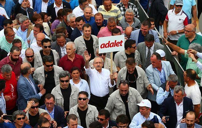 """Gözler 'Adalet Yürüyüşü'nde: Kortej İstanbul'a Doğru Yola Çıktı """"Gözler 'Adalet Yürüyüşü'nde: Kortej İstanbul'a Doğru Yola Çıktı""""  https://yoogbe.com/politika/gozler-adalet-yuruyusunde-kortej-istanbula-dogru-yola-cikti/"""