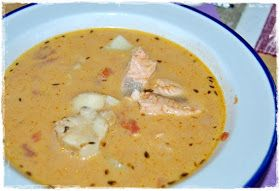 Mor-Mia´s: Matig fisksoppa, tebröd och hallonglasstårta